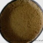 Paredes del molde cubiertas con la galleta y la mantequilla
