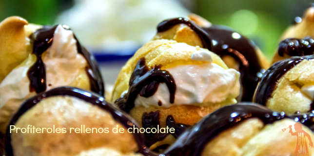 Profiteroles rellenos de nata con chocolate caliente slider