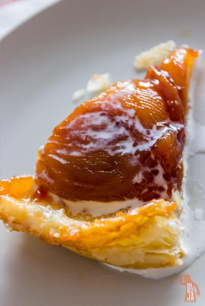 Porción del tatín de manzana con chorrito de nata