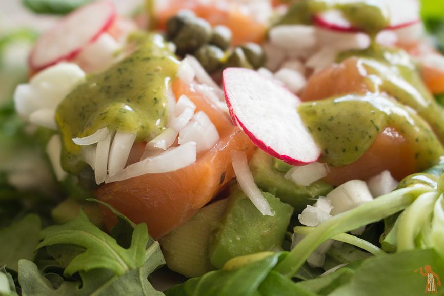 Ensalada de salmon, aguacate y salsa de eneldo