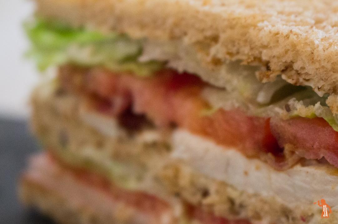 Sandwich club con pollo